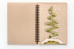 Le papier d'arbre de X'mas a coupé le style sur le carnet à dessins de page vide Image stock