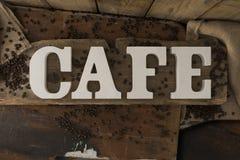 Le papier 3D décoratif marque avec des lettres le CAFÉ d'orthographe sur Surfa en bois rustique Photos libres de droits