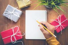 Le papier de note masculin d'écriture de main avec le boîte-cadeau mignon présente Images stock