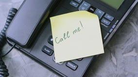 Le papier de prises de main du ` s d'homme avec l'inscription m'appellent du vieux téléphone banque de vidéos