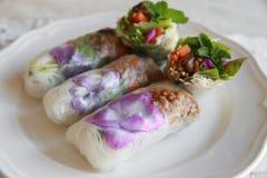 Le papier de riz fait maison roule avec les fleurs comestibles Images libres de droits