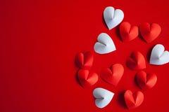 Le papier en forme de coeur de coupe arrangent comme fond Photos libres de droits