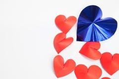 Le papier en forme de coeur de coupe arrangent comme fond C'est le symbole de l'amour Photographie stock libre de droits