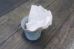 Le papier et la serviette de nettoyage se sont pliés dans des boîtes en métal d'une manière ordonnée images stock