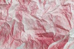 Le papier froissé a éclaboussé le papier peint rouge de peinture Photos libres de droits