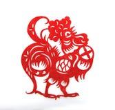 Le papier rouge a coupé des symboles d'un zodiaque de coq Photographie stock libre de droits