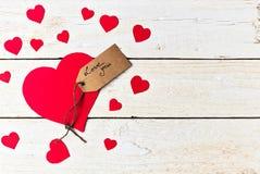 Le papier rouge de coeur a coupé sur le fond en bois blanc Photo libre de droits
