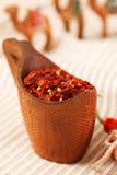 Le papier rouge de s/poivron s'écaille dans la cuvette en bois incurvée Photos stock