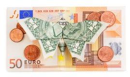 Le papillon d'origami se repose sur le billet de banque de l'euro 50 avec des pièces de monnaie d'isolement Photographie stock libre de droits