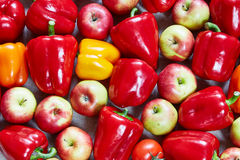 Le paprika, agrume, pomme, citron, tomate sont remplis sur une toile Photos stock