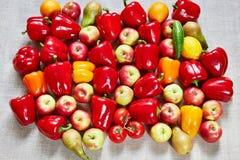 Le paprika, agrume, pomme, concombre, poire sont remplis sur une toile Photographie stock libre de droits