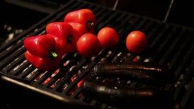 Le paprika et les aubergines frais ont grillé pour le dîner sain, régime faible en calories clips vidéos