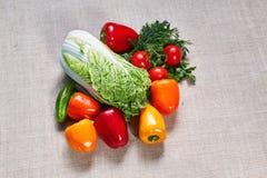 Le paprika et les divers légumes mûrs sont remplis sur une toile Photo libre de droits