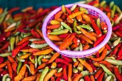 Le paprika thaïlandais coloré dans le panier Photos stock