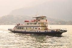 Le paquebot sur un itinéraire régulier à travers le lac Comno arrive à la destination photo libre de droits