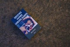 Le paquet australien de cigarette avec le tabagisme nuit aux bébés à venir signent photos libres de droits