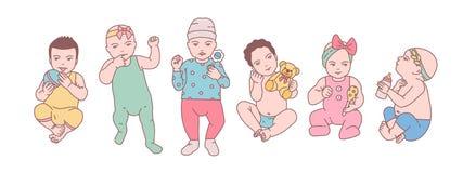 Le paquet de bébés nouveau-nés mignons ou de petits enfants s'est habillé dans divers vêtements et des jouets et des hochets de s Photo stock