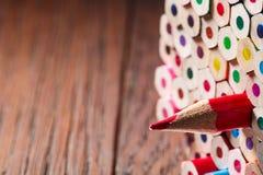 Le paquet de couleur crayonne avec un dièse simple un concept de symbolisation de direction images stock