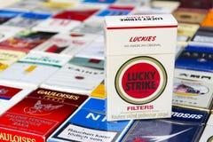 Le paquet de Lucky Strike sur beaucoup de différentes cigarettes a photographié le 25 mars 2017 à Prague, République Tchèque Image libre de droits
