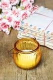Le paquet de vieilles lettres, oeillet rose fleurit Photo stock