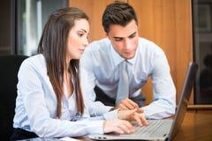 Le par genom att använda en bärbar datordator Arkivbild