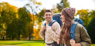 Le par med att fotvandra för ryggsäckar royaltyfri bild