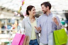 Le par med kaffe- och shoppingpåsar royaltyfri fotografi