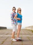 Le par med skateboarden utomhus Royaltyfria Foton