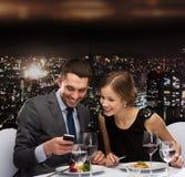 Le par som äter huvudsaklig kurs på restaurangen Royaltyfria Bilder