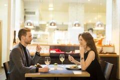 Le par som äter huvudsaklig kurs på restaurangen Royaltyfri Fotografi