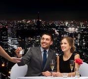 Le par som betalar för matställe med kreditkorten Fotografering för Bildbyråer