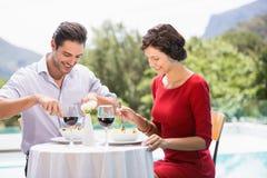 Le par som har mat Arkivfoto