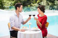 Le par som rostar rött vin Royaltyfri Foto