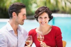 Le par som rymmer vitt vin Fotografering för Bildbyråer