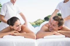 Le par som tycker om parmassagepoolsiden Fotografering för Bildbyråer