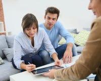 Le par som undertecknar det digitala avtalet arkivbild
