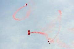 Le parachutisme rouge de lions pendant la répétition 2013 du défilé de jour national (NDP) photo libre de droits