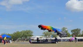 Le parachutiste débarquait dedans à la cible, atterrissage d'exactitude, clips vidéos