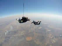Le parachutiste filme le tandem font un saut en chute libre Photographie stock libre de droits
