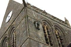 Le parachutiste s'arrête sur l'église photo libre de droits