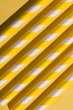 Le parallèle jaune ouvre une session le plancher, concept de construction peu commun photos stock
