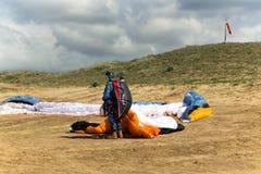 Le parapentiste prépare au vol sur un paraplane Photos stock