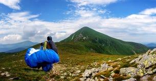 Le parapentiste se lève au début sur Goverla en montagnes carpathiennes Ukraine photographie stock libre de droits