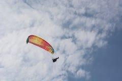 Le parapentiste vole dans le ciel bleu d'été Images libres de droits