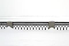 Le parapet sur le remblai sur la neige blanche pendant l'hiver Images stock