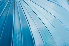 Le parapluie bleu donne à des milieux une consistance rugueuse Image stock