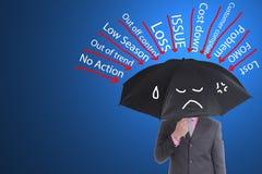 Le parapluie de couleur de noir de prise d'homme d'affaires pour empêchent beaucoup le problème photographie stock libre de droits