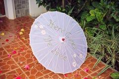 Le parapluie de jeune mariée avec l'inscription ici vient la jeune mariée Photos libres de droits