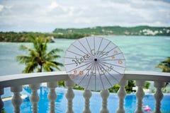 Le parapluie de jeune mariée avec l'inscription ici vient la jeune mariée Photo libre de droits