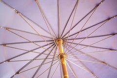 Le parapluie violet d'intérieur à Pattaya, Thaïlande photographie stock